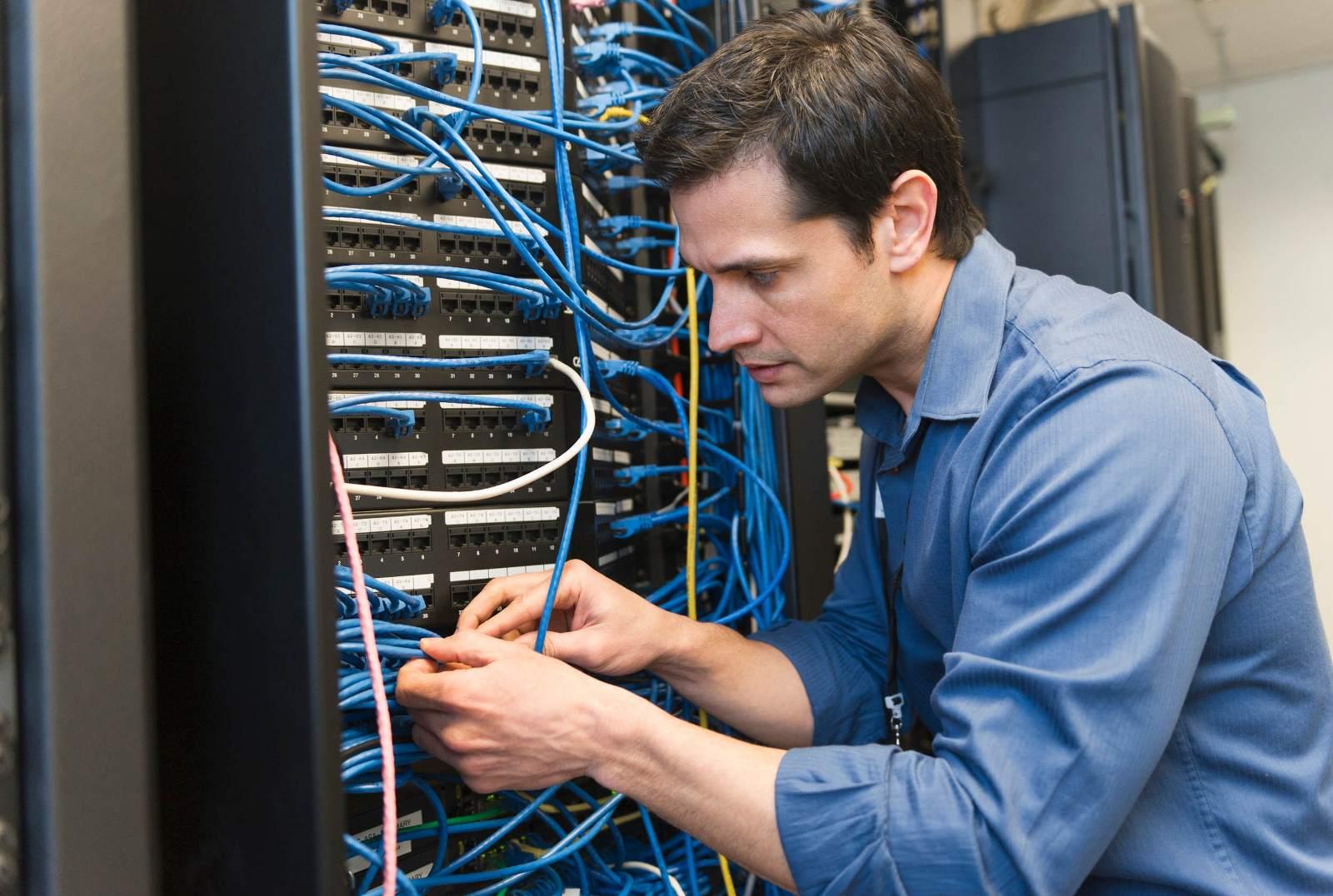 За работой в серверной