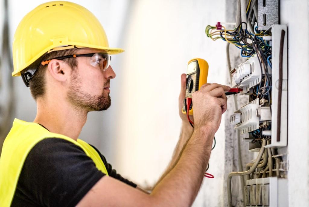 Ответственный за поддержание в работоспособном и безопасном состоянии бытовое и промышленное электрооборудование