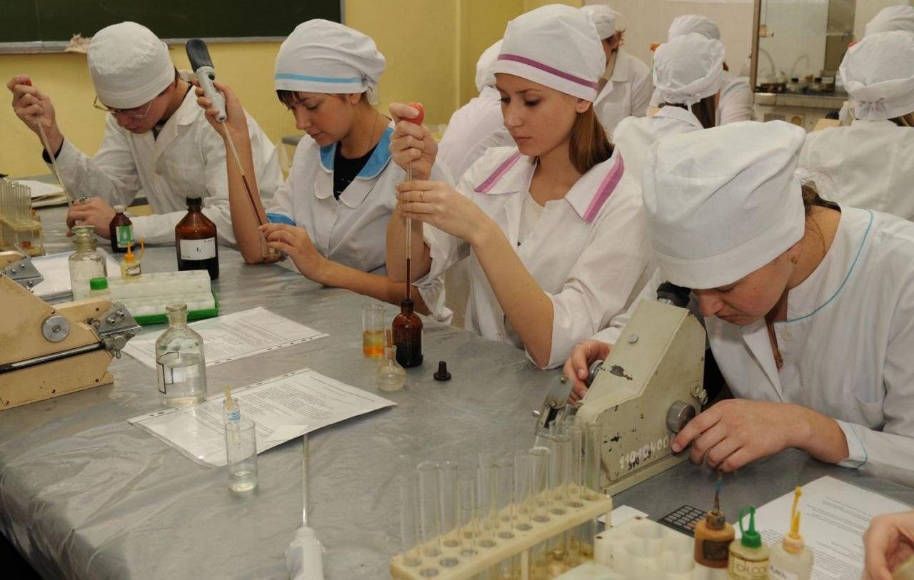 Медицинское образование подразумевает не только профессию врача, а также фармацевта