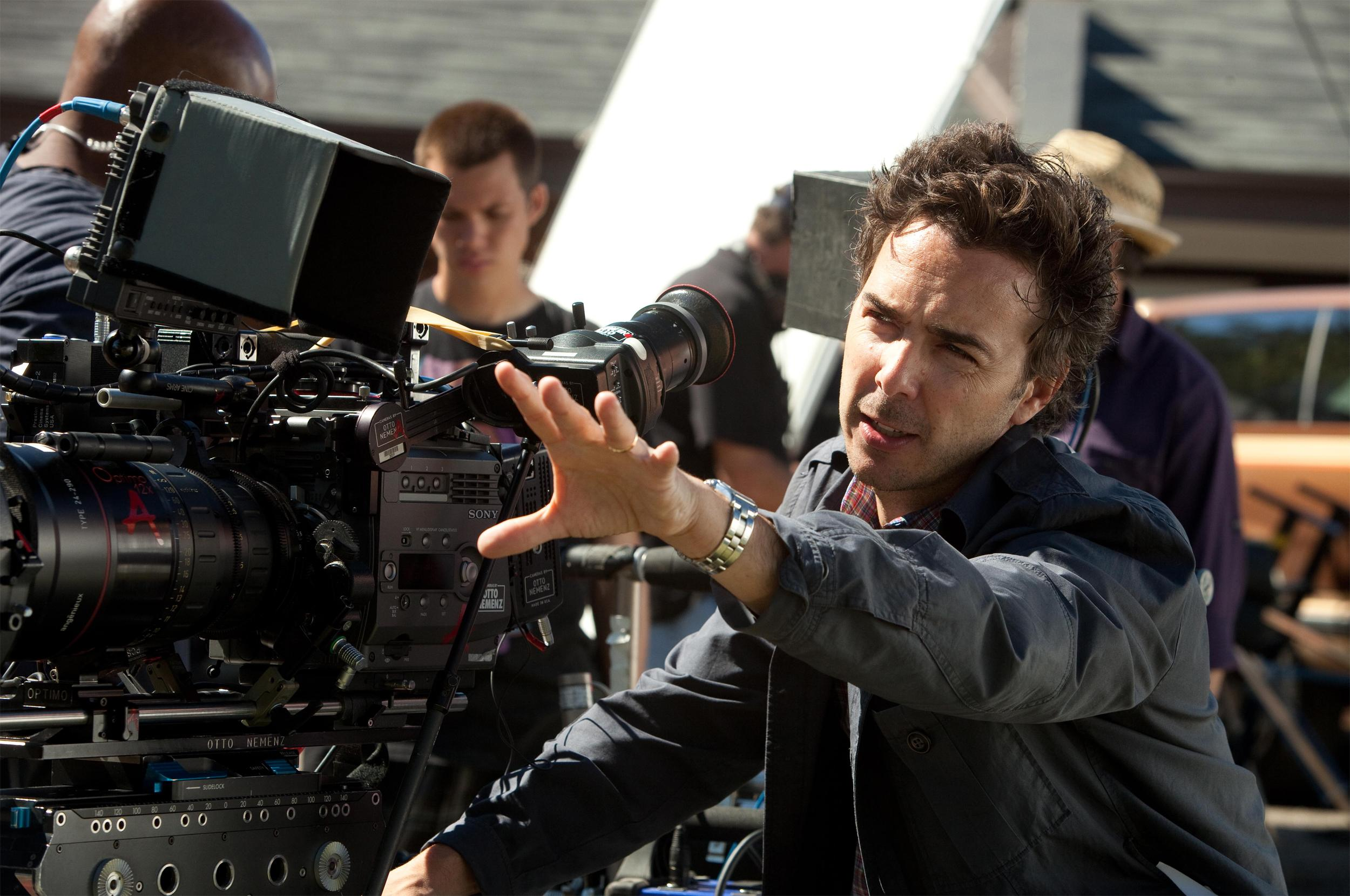 Режиссер выбирает сценарий и корректирует его, подбирает актеров и работает сними индивидуально