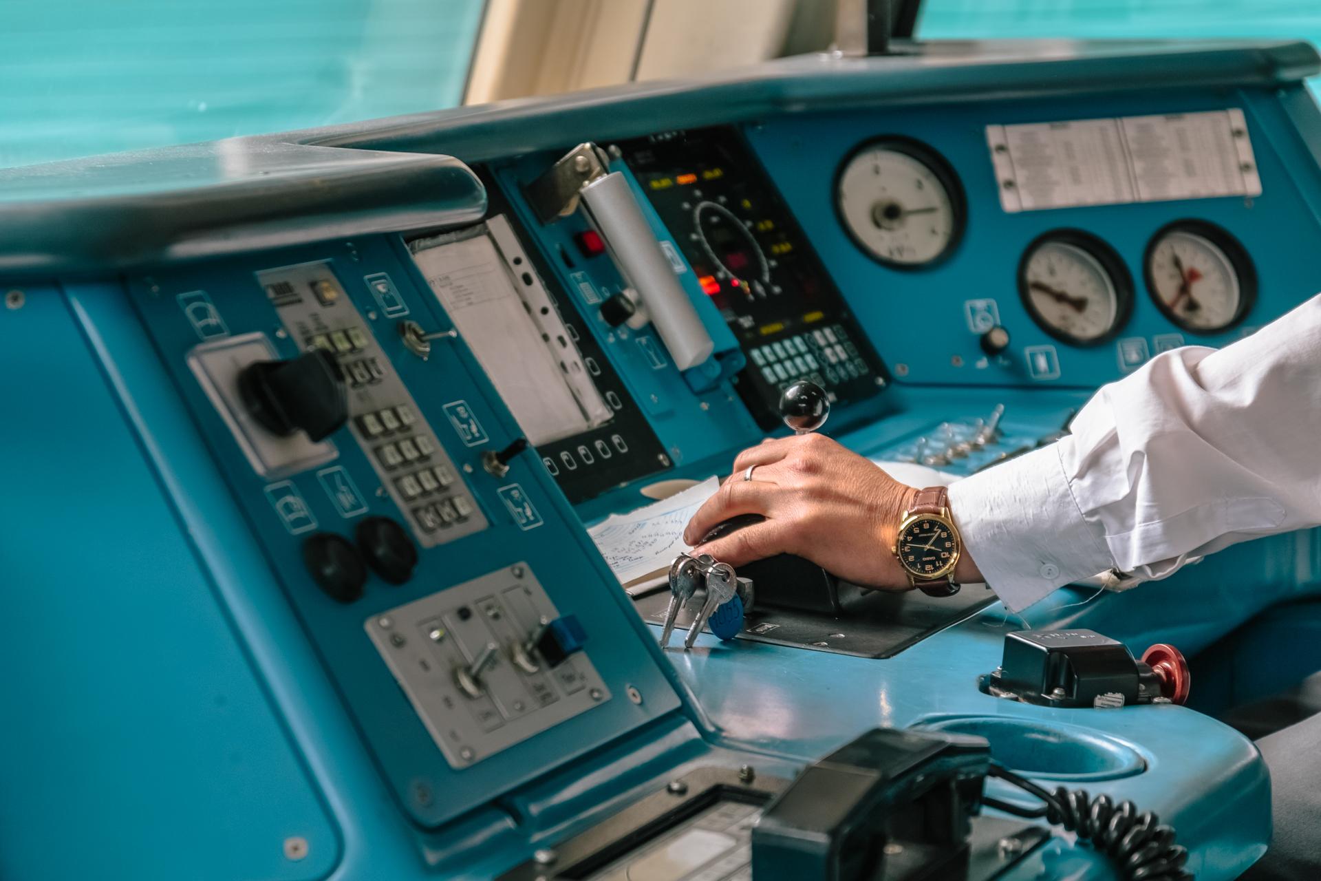 Чтобы стать профессионалом в деле, надо владеть знаниями по устройству кабины электровоза, дорожным знакам