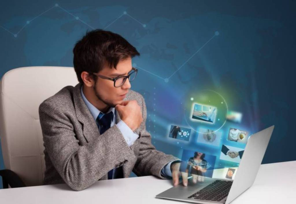 Программист - специальность, занимающаяся разработкой алгоритмов и компьютерных программ на базе математических вычислений