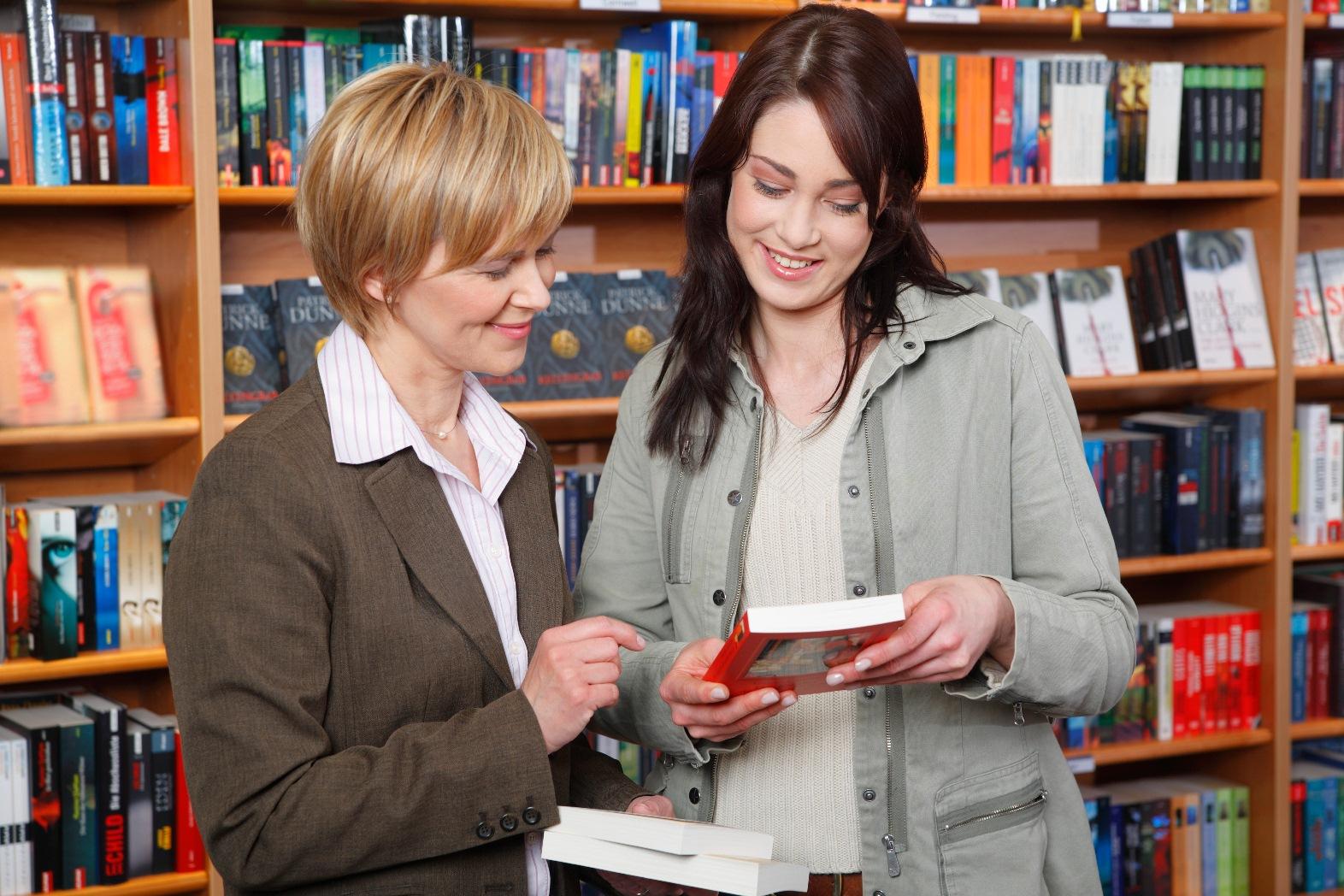 Продавец в книжном магазине