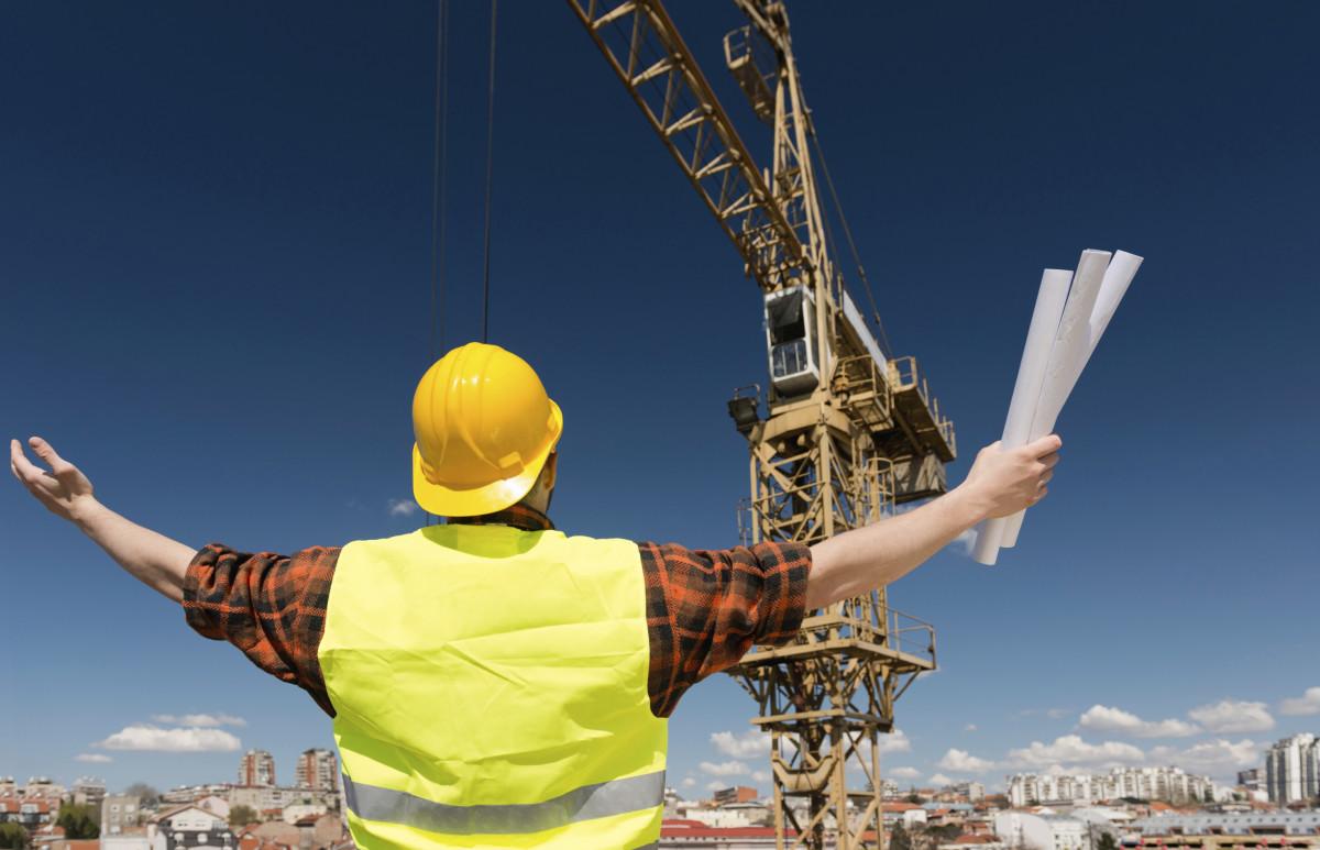 Строительство предусматривает использование техники: бульдозеров, экскаваторов, бетономешалок, строительных кранов и т.д.