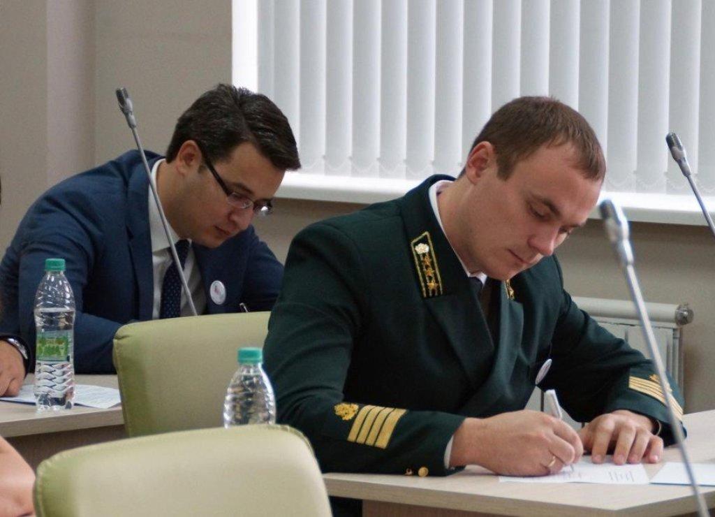 В зависимости от выслуги лет, опыта работы и специальных навыков, государственным служащим присваивается классный чин