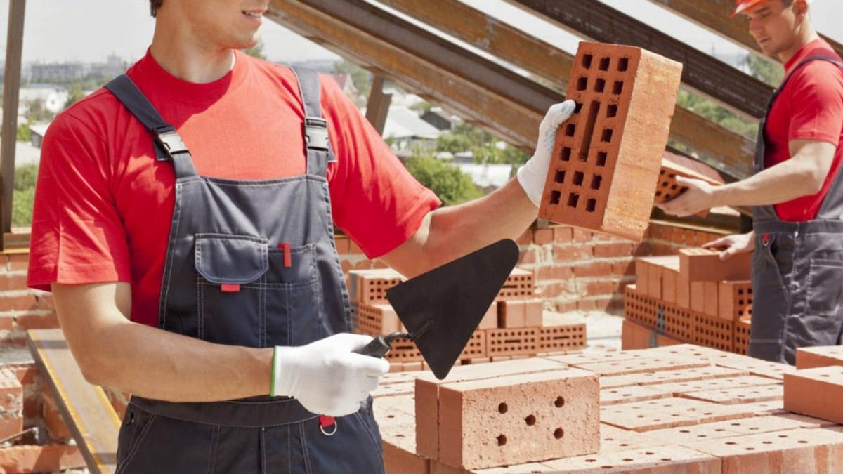 Кáменщик — строительный рабочий, занимающийся возведением или ремонтом каменных и кирпичных конструкций; специалист по кладке кирпича или камня