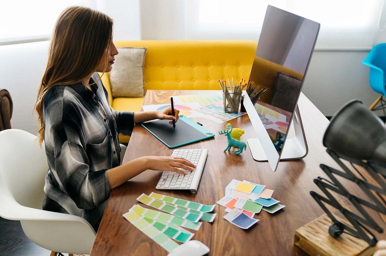 Дизайнер работает с программами для графического редактирования