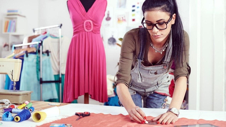 Зарплата дизайнера одежды составляет в среднем 60 тыс. руб.