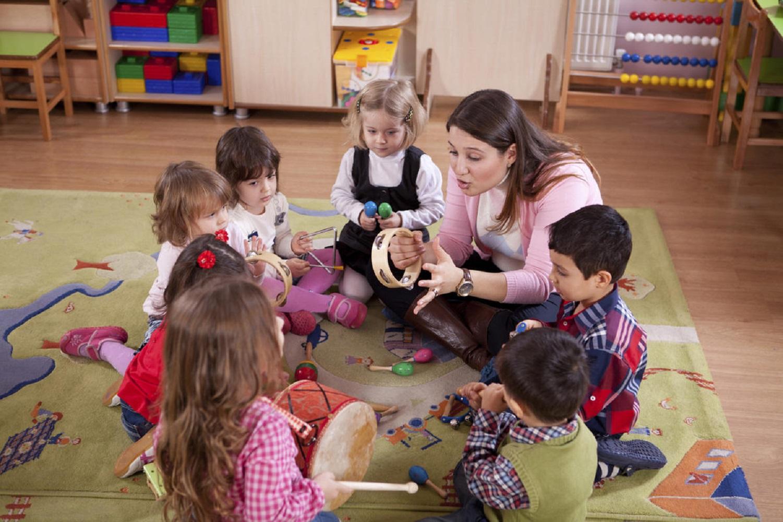 Социальный педагог работает с детьми