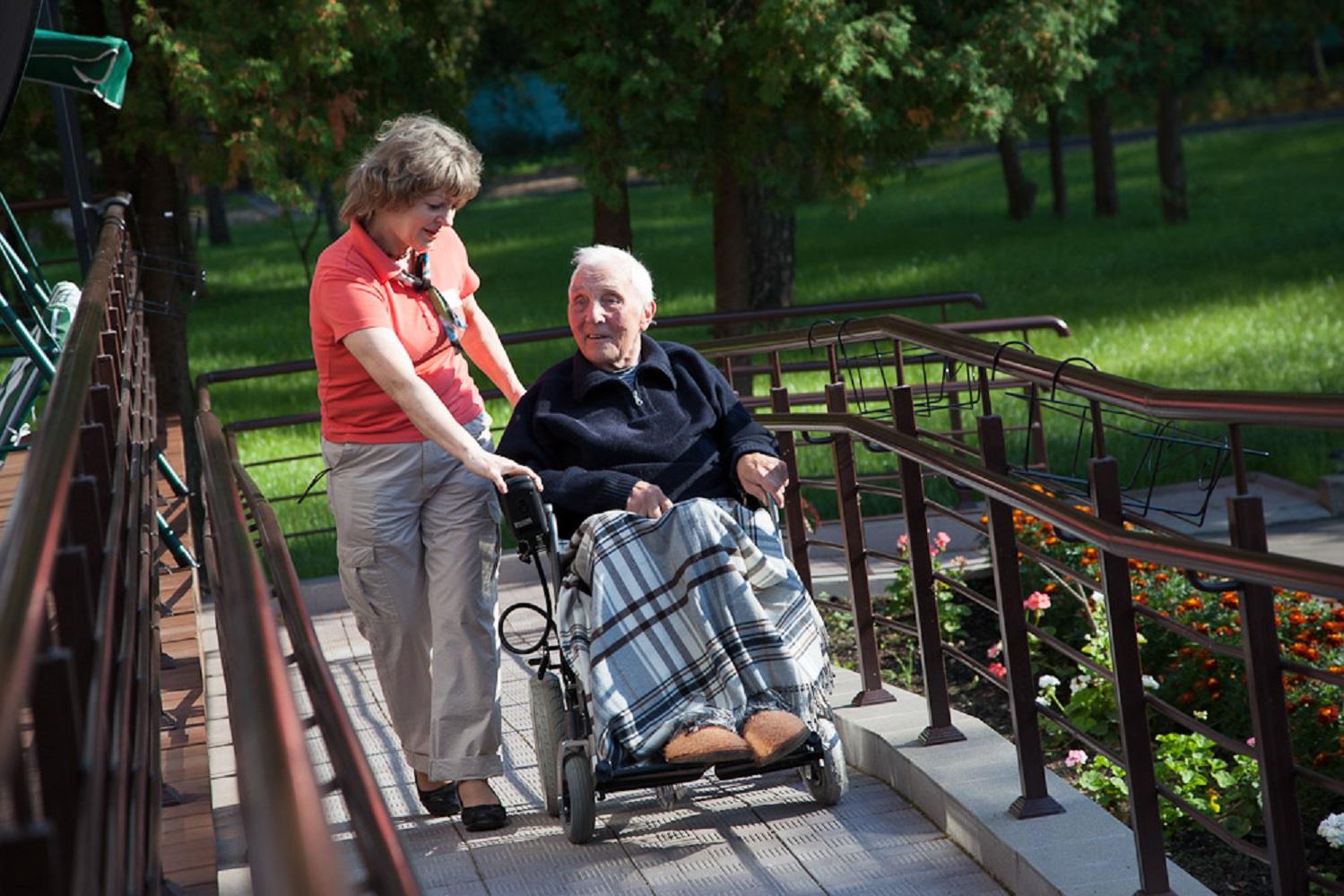 Соц работник с инвалидом